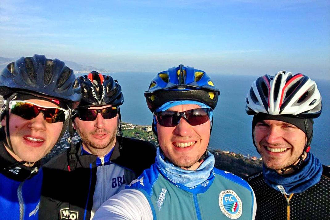Selfie bei der Rad-Rast: David Junge, Alexander Schmidt, Anton Finger, Johannes Lotz (von links). Foto: A. Finger
