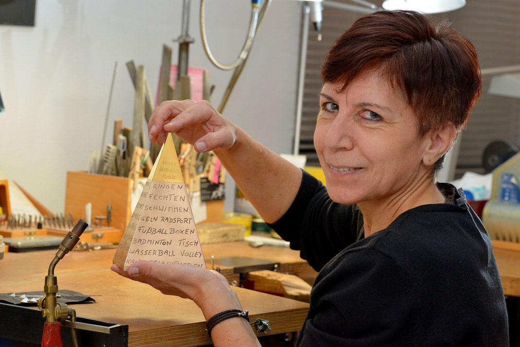 Die Goldschmiedin in ihrem Element: Angela Schuster begutachtet das Meisterstück für Hans Wilhelm Gäb. Foto: 2000meter.de