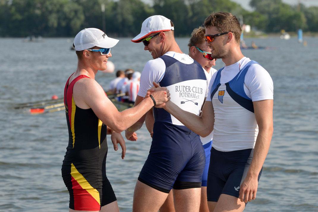 Der Goldvierer gratuliert sich: Franz Werner, David Junge, Moritz, Johannes Lotz (von links). Foto: 2000meter.de