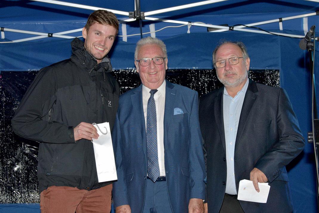 Johannes Lotz, Stadtrat Heinz Münch, HRG-Sportvorsitzender Berthold Ocker (von links). Foto: 2000meter.de