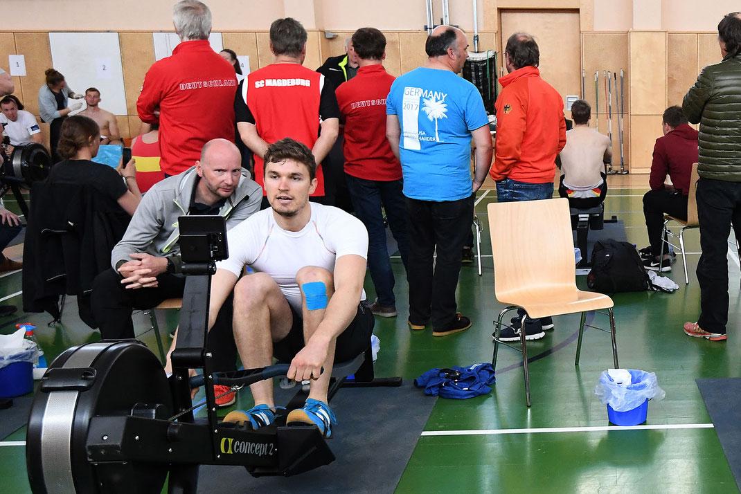 Rückblick: 2018 konnte Johannes Lotz (Hanauer RG), assistiert von Olympiastützpunkttrainer Alexander Schmidt (Berlin), eine neue persönliche Bestzeit auf dem Ergometer erzielen. Foto: Detlev Seyb