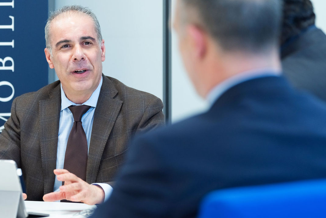 Roberto Cireddu durante un meeting presso gli uffici di Cagliari