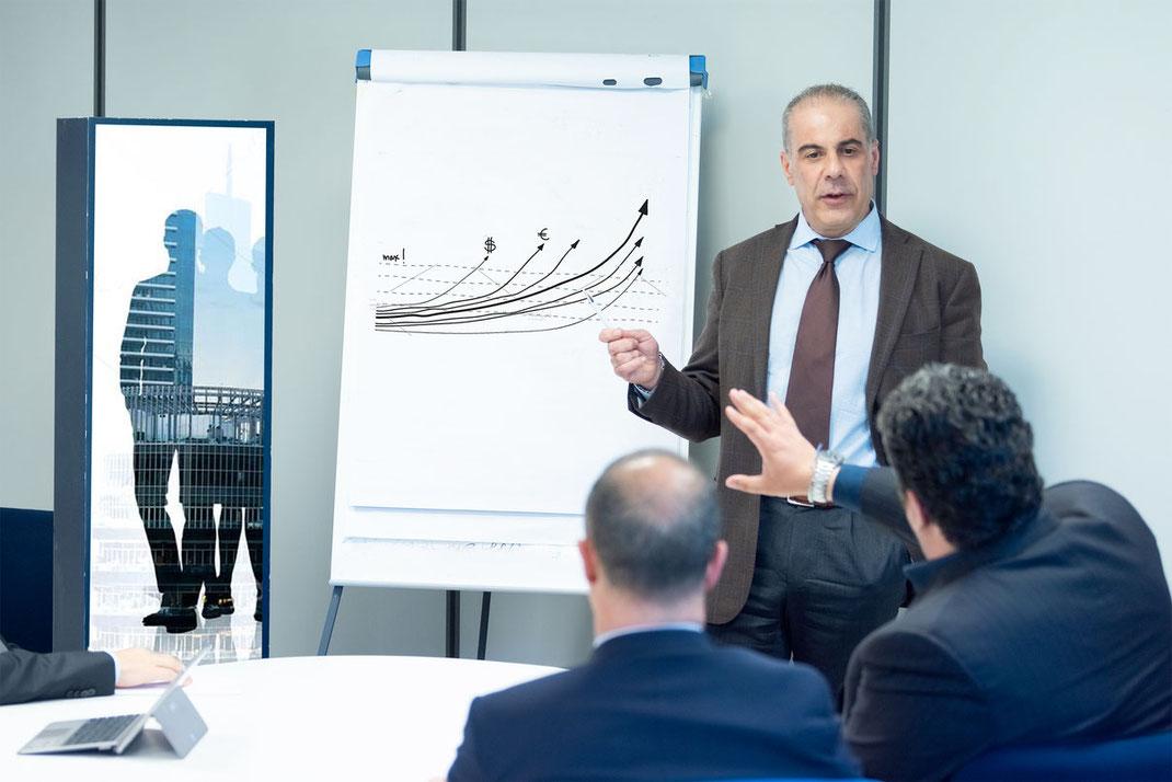 Roberto Cireddu durante una sessione di lavoro presso gli uffici di Cagliari