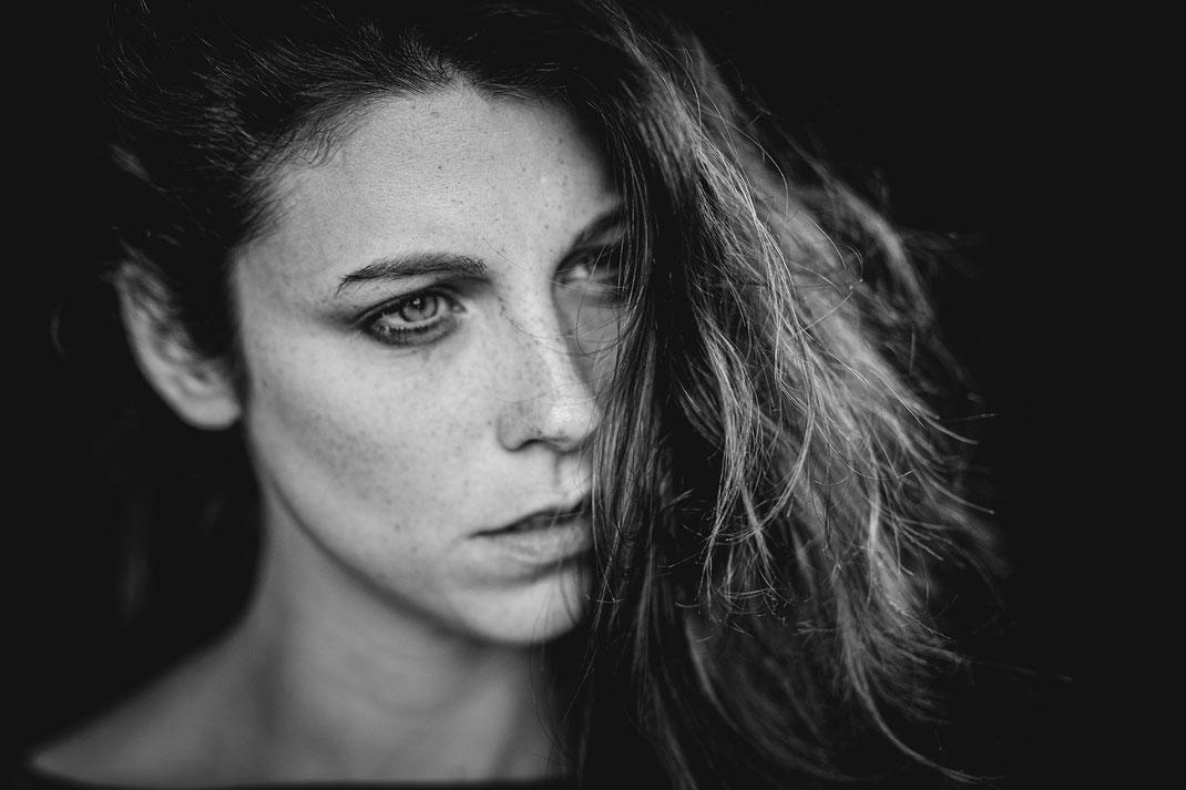 Portrait von Lisa in schwarzweiß