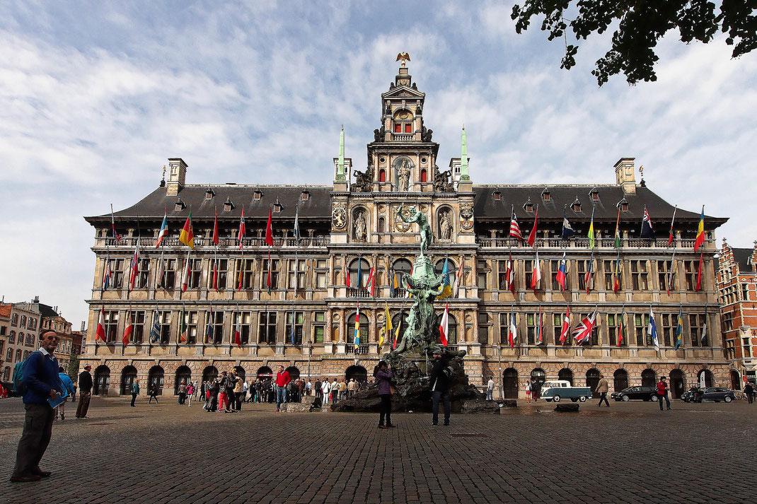 Antwerpen - Grote Markt - Brabo-Brunnen und Rathaus
