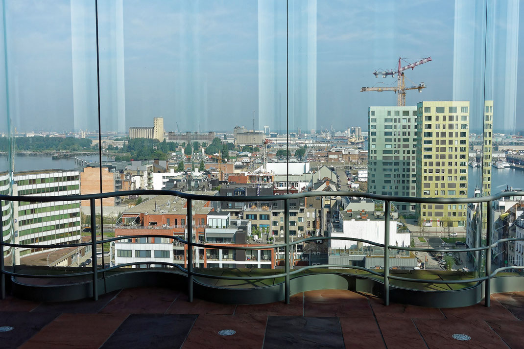 Antwerpen, Museum aan de Stroom, Blick in Richtung der riesigen Hafenanlagen der Stadt