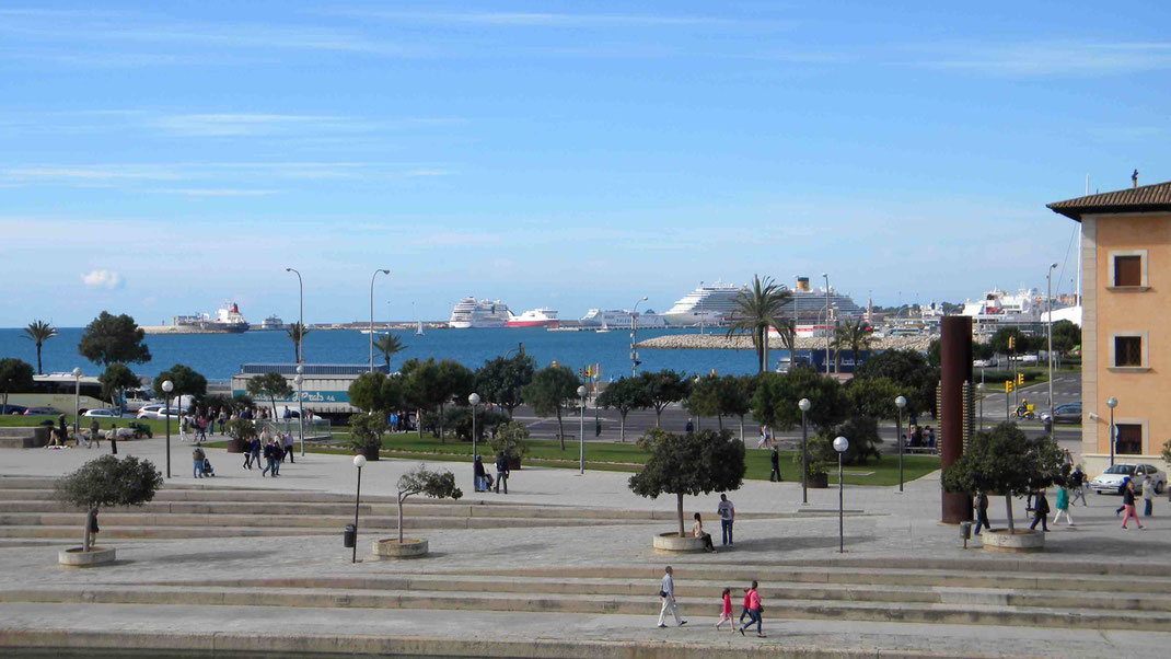 Blick von der Kathedrale zum Kreuzfahrthafen