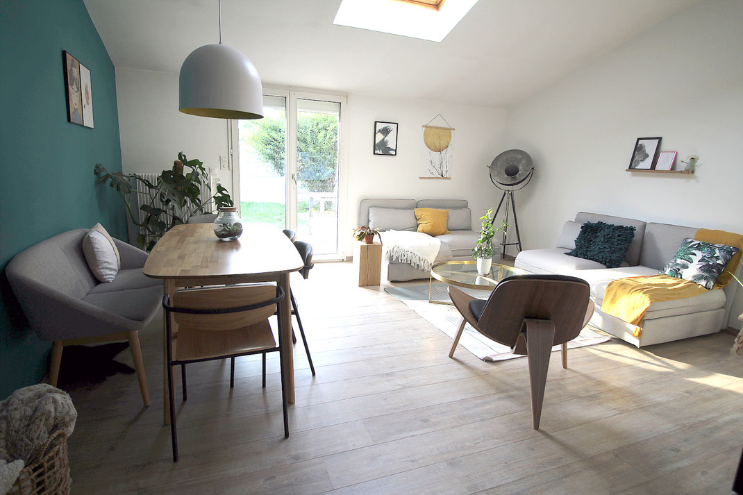 Aménagement d'intérieur, mur bleu vert, meuble tv bibliothèque, siège design, chaises d'écolier, papier peint terrazzo, suspension blanche intérieur jaune, banquette