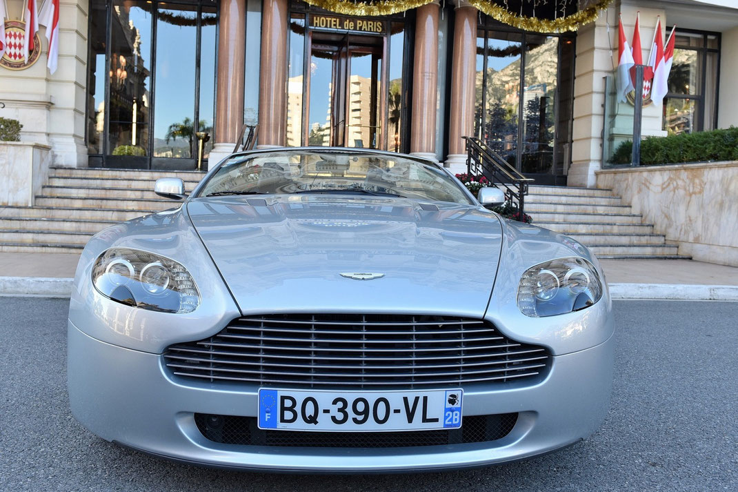 Aston Martin Vantage Kabriolet przed Hotelem de Paris w Monaco