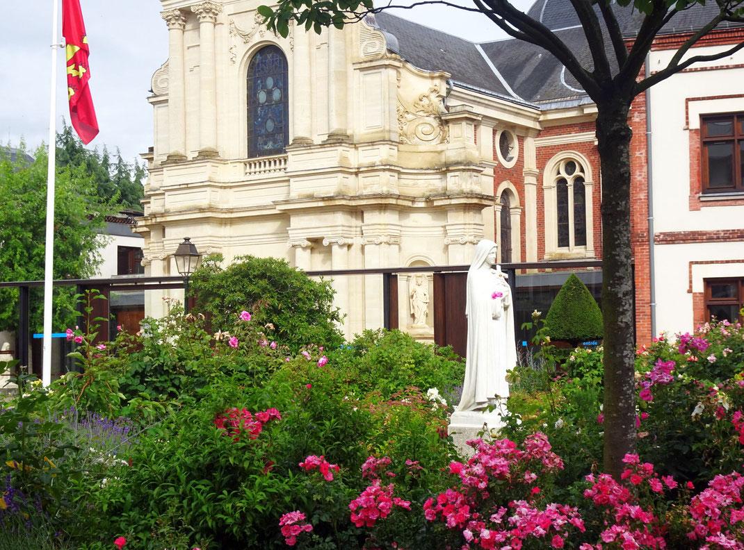 Statue de Sainte Thérèse devant le carmel de Lisieux