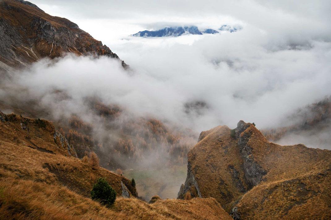 Blick vom Passo di Giau ins nebelverhangene Tal