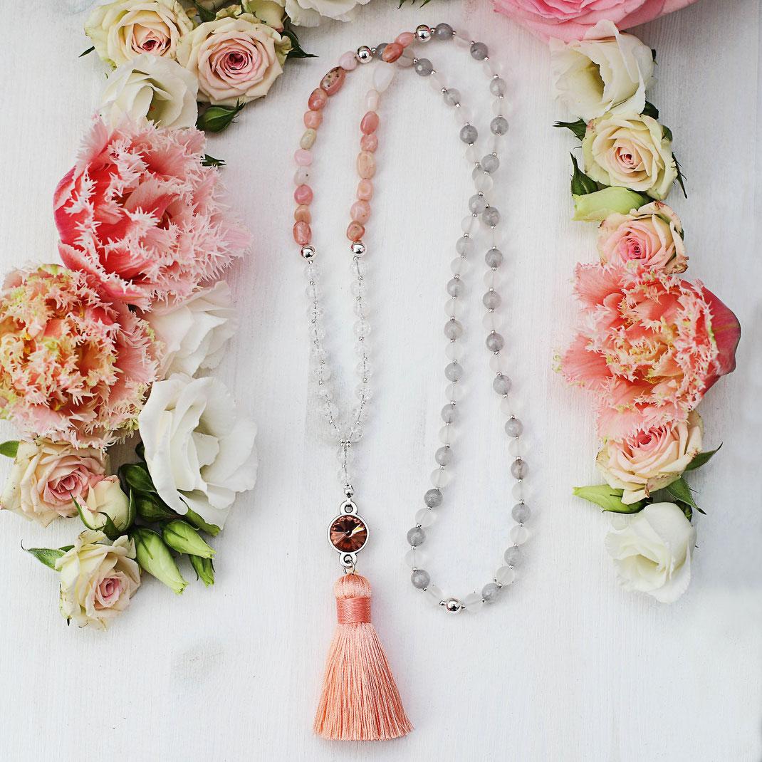 handgemachte lange Halskette aus Edelsteinen, modern und trendig aus der Frühjahrskollektion, im Boho und Ibiza Style, mit Quaste und Tassle, Swarovski Stein Anhänger, grau, weiß und rosa, EVAMARIA jewelry