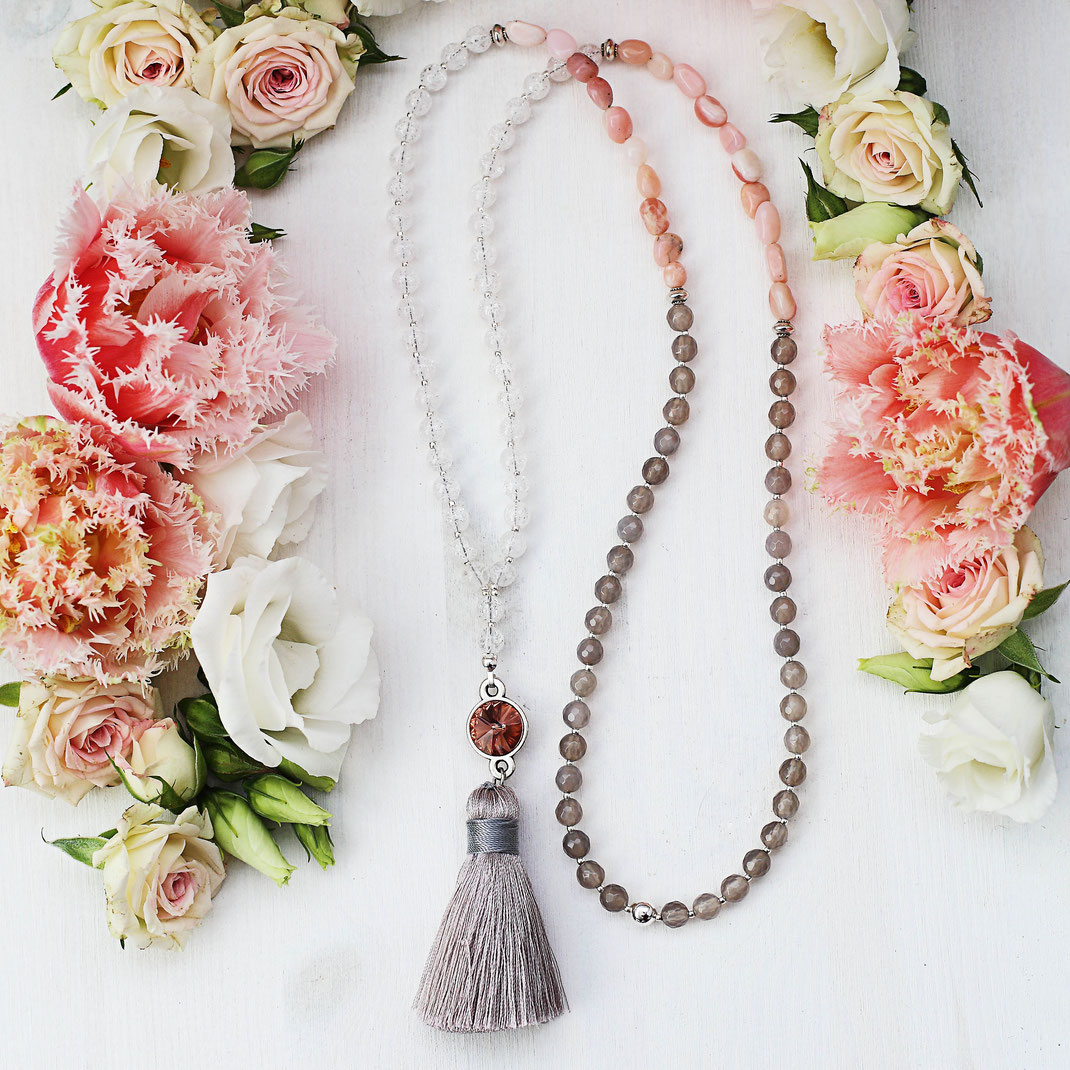 lange handgemachte Edelstein Kette, im Ibiza Boho Style, mit Quaste, Tassle, weiß, rosa, grau und silber, Frühjahrskollektion, EVAMARIA jewelry