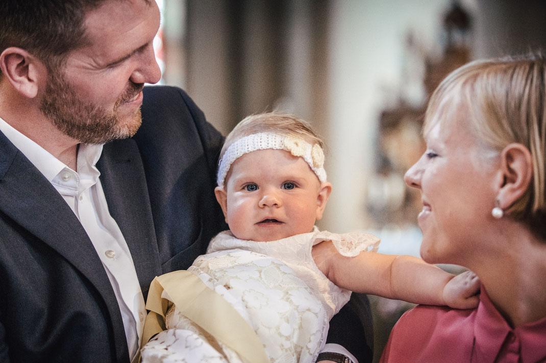 Taufe Baby - Baby wird getauft in Kirche - Taufshooting- Taufkind - Taufmesse - Fotograf Schloss Holte - Fotograf Bielefeld