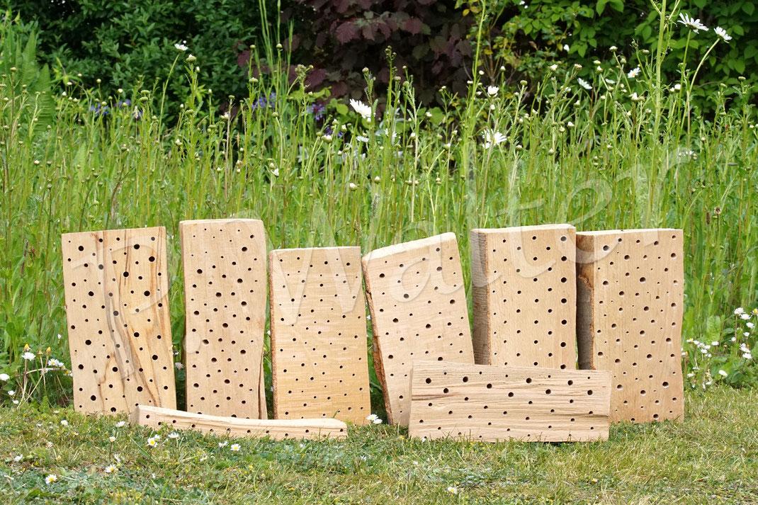 Bild: neue Nisthölzer, altes, abgelagertes, sehr hartes Hartholz, Bohrer mit 3, 4, 5, 6 und 8 mm, ganz links auch ein paar mit 10 mm)