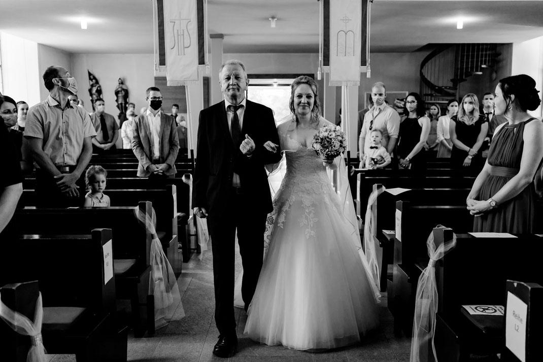Einzug Braut, Brautvater, kirchliche Trauung, glückliche Braut, Nervosität vor Trauung
