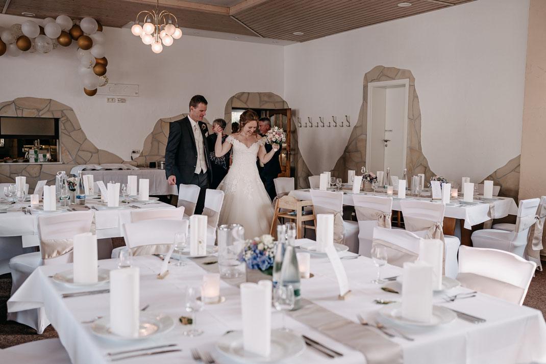 erste Blick in die Hochzeitslocation, Dekorierter Hochzeitssaal, Dekoideen Hochzeit, Cornelia Führer, Hochzeitsfotograf, Österreich, Niederösterreich, Wien