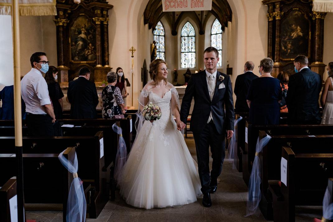 Auszug Brautpaar aus der Kirche, kirchliche Trauung, Hochzeitsfotograf Österreich, Auszug Kirche, Prinzessinnenkleid