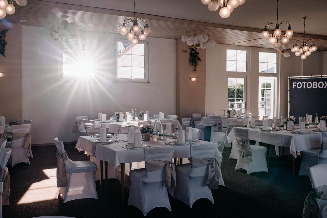 fertig dekorierte Hochzeitslocation, Festsaal Hochzeit, Dekoideen, Tischdeko Hochzeit
