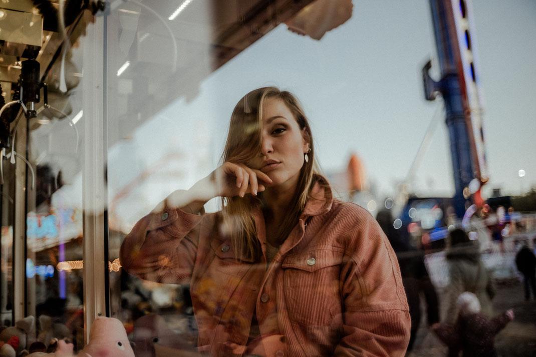 Model blickt in die Kamera beim Fotoshooting