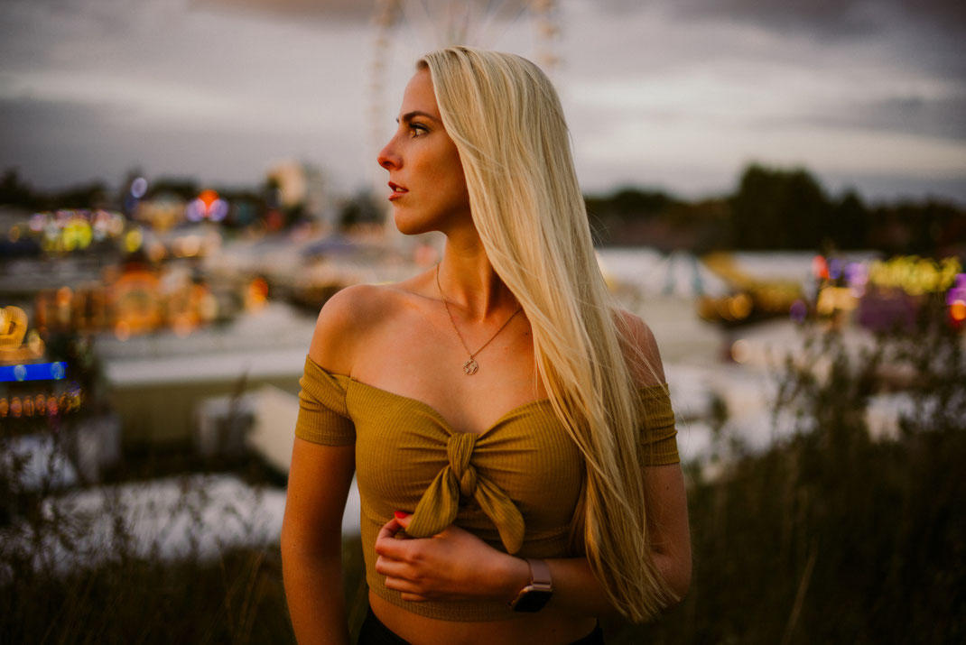 Junge Frau mit coolem Outfit beim Fotoshooting in Oldenburg Fotograf