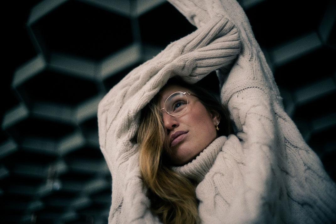 Model in einer verlassenen Halle blickt aus dem Fenster beim Fotoshooting in Oldenburg