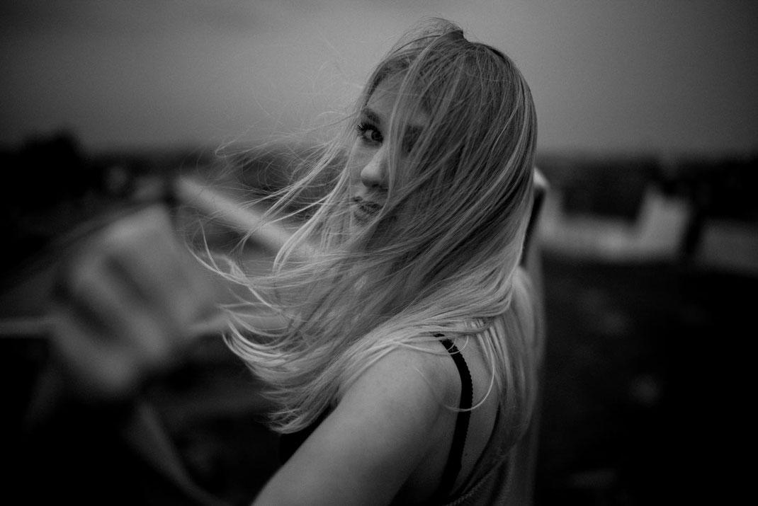 Wehende Haare einer Frau auf einem Hamburger Dach