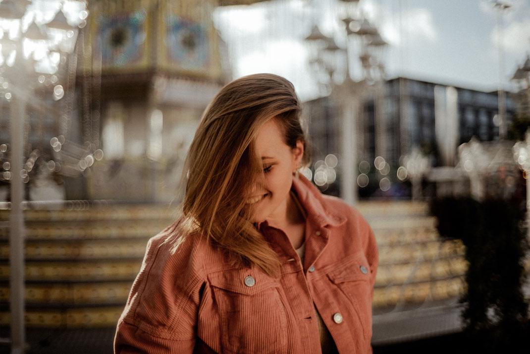 Lächelnde Frau auf der Krimes
