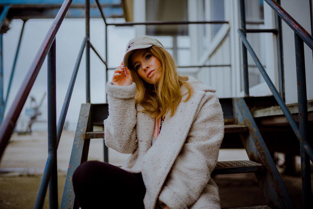 Junge Frau sitzt auf der Treppe und blickt in die Kamera Oldenburg Fotografie
