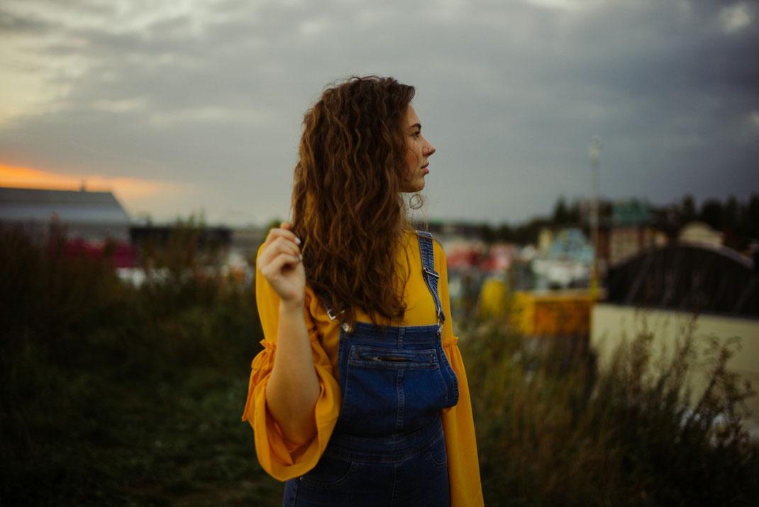 Frau blickt in die Ferne im Hintergrund der Oldenburger Kramermarkt