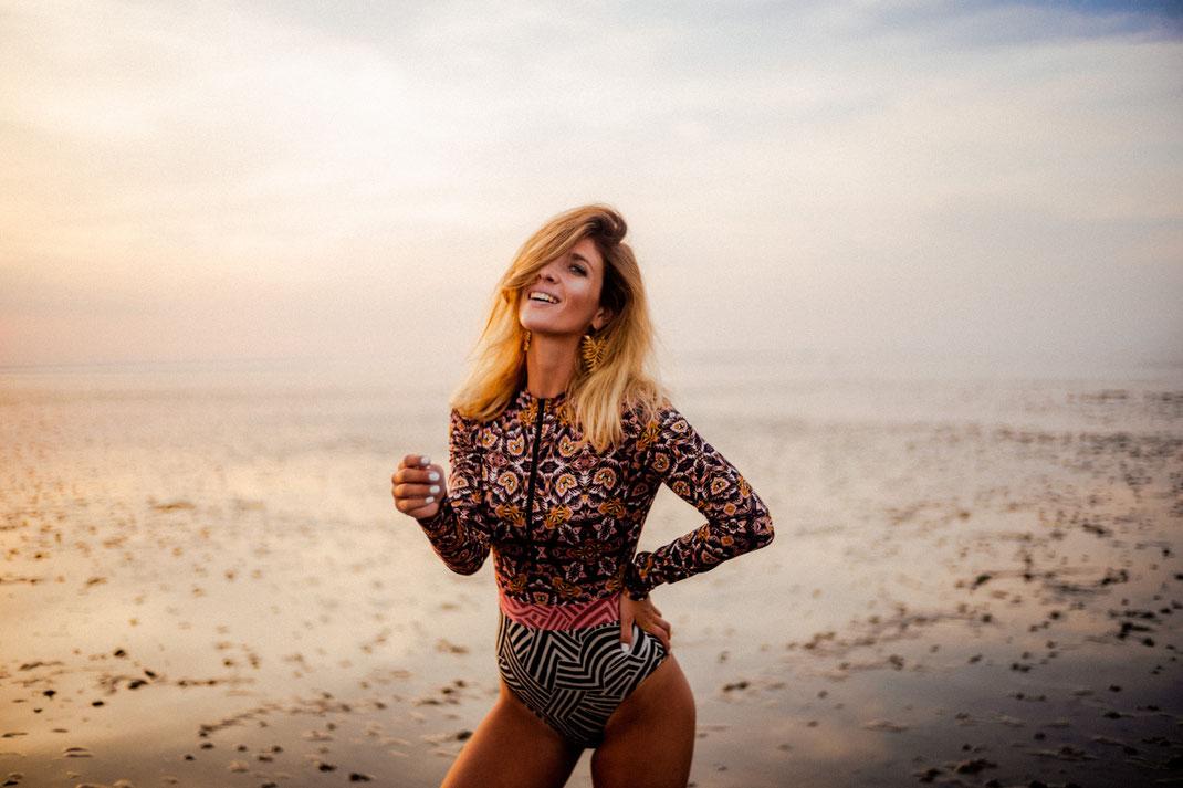 Lachende Frau beim Fotoshooting an der Nordsee
