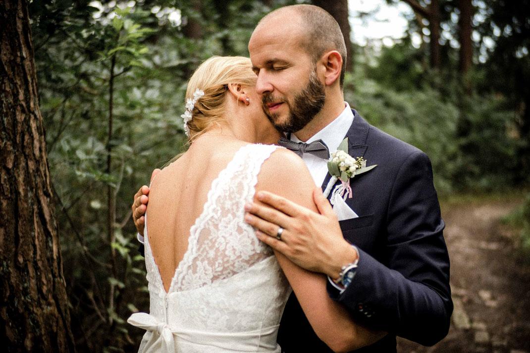 Bräutigam umarmt Braut