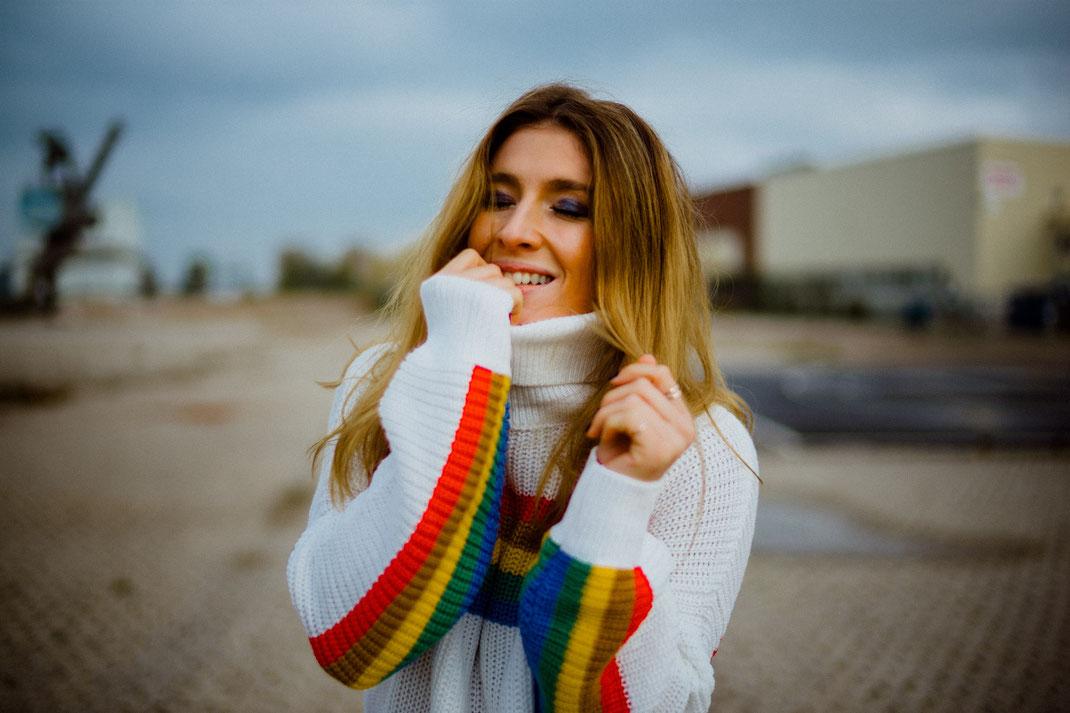 Frau mit farbenfrohen Outfit beim Fotoshooting in Oldenburg