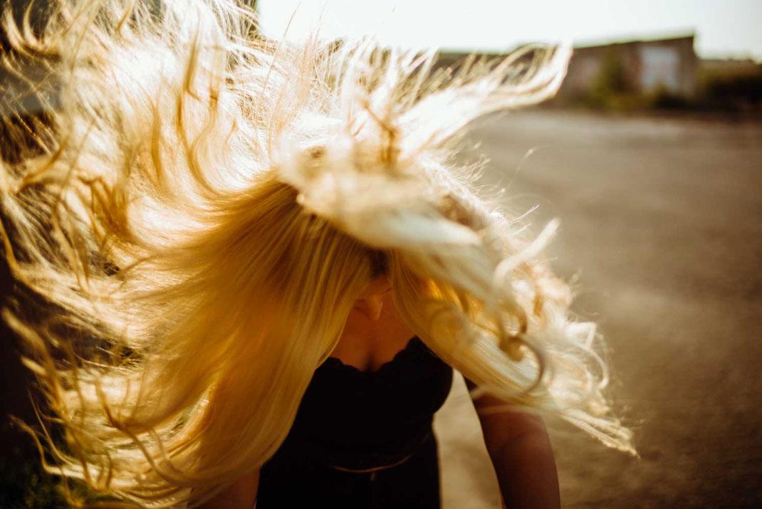 Haare wehen wild durch die Gegend