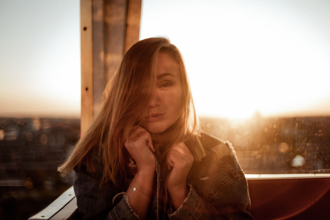 Blick in die Kamera beim Sonnenuntergang in Bremen