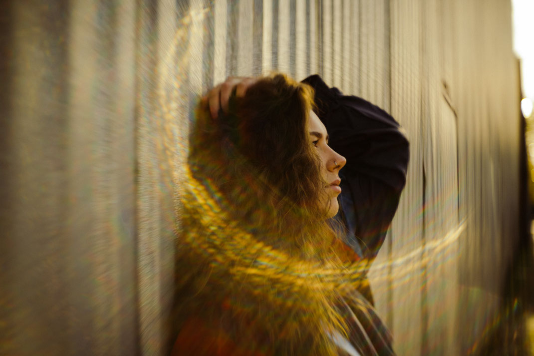 Junge Frau beim Fotoshooting blickt zur Seite