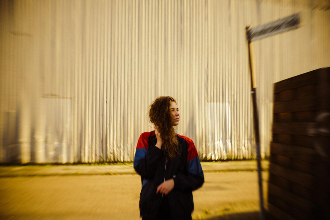 Fotoshooting in Emden im Hintergrund eine Lagerhalle