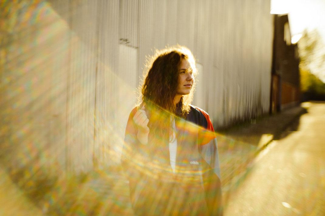 Fotoshooting vor einer Lagerhalle in Emden