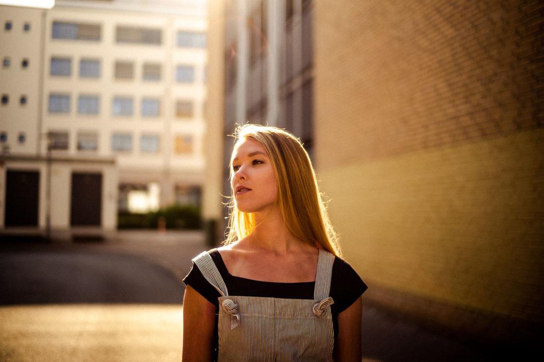 Junge Frau blickt zur Seite Fotoshooting in Oldenburg