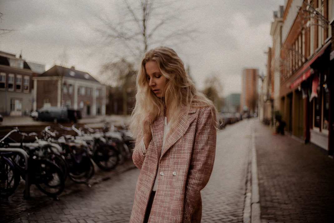 Model blickt nach unten Fotoshooting Oldenburg
