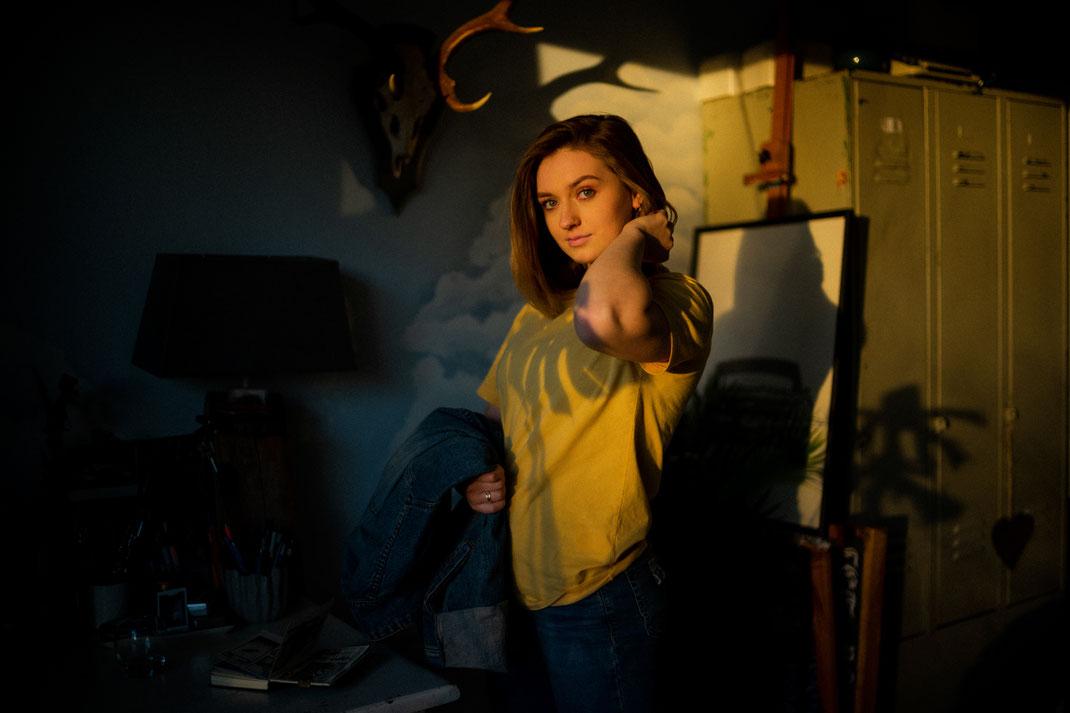 Frau beim Fotoshooting im Sonnenlicht