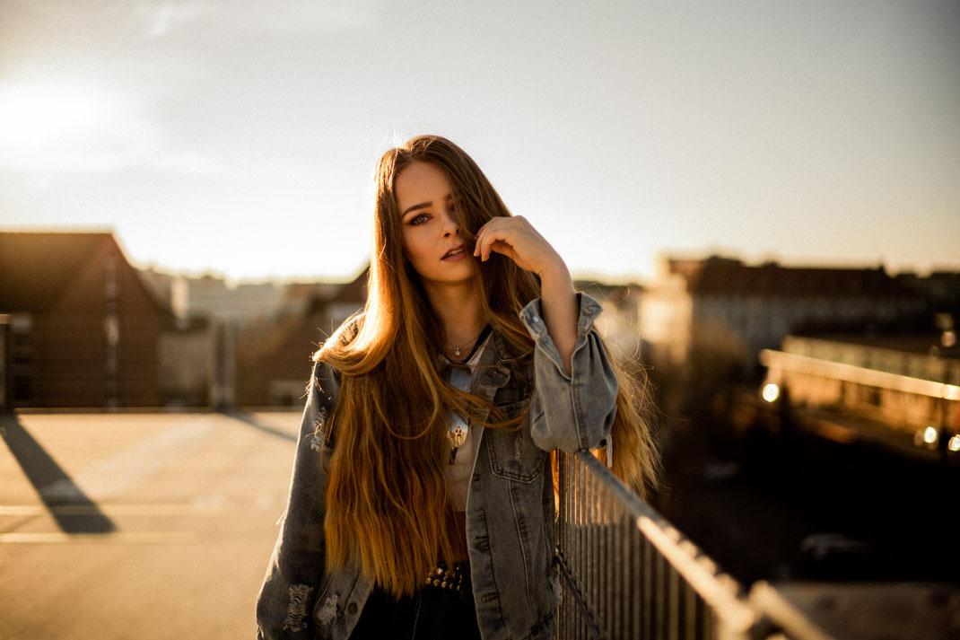 Junge Frau blickt in die Kamera Fotograf Oldenburg