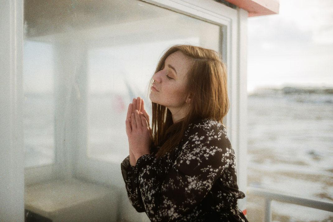 Fotoshooting an einem Fenster im Winter