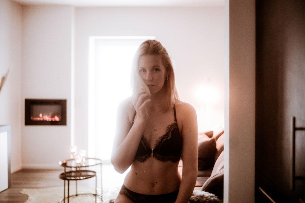 Model in Dessous blickt in die Kamera Fotografie Oldenburg