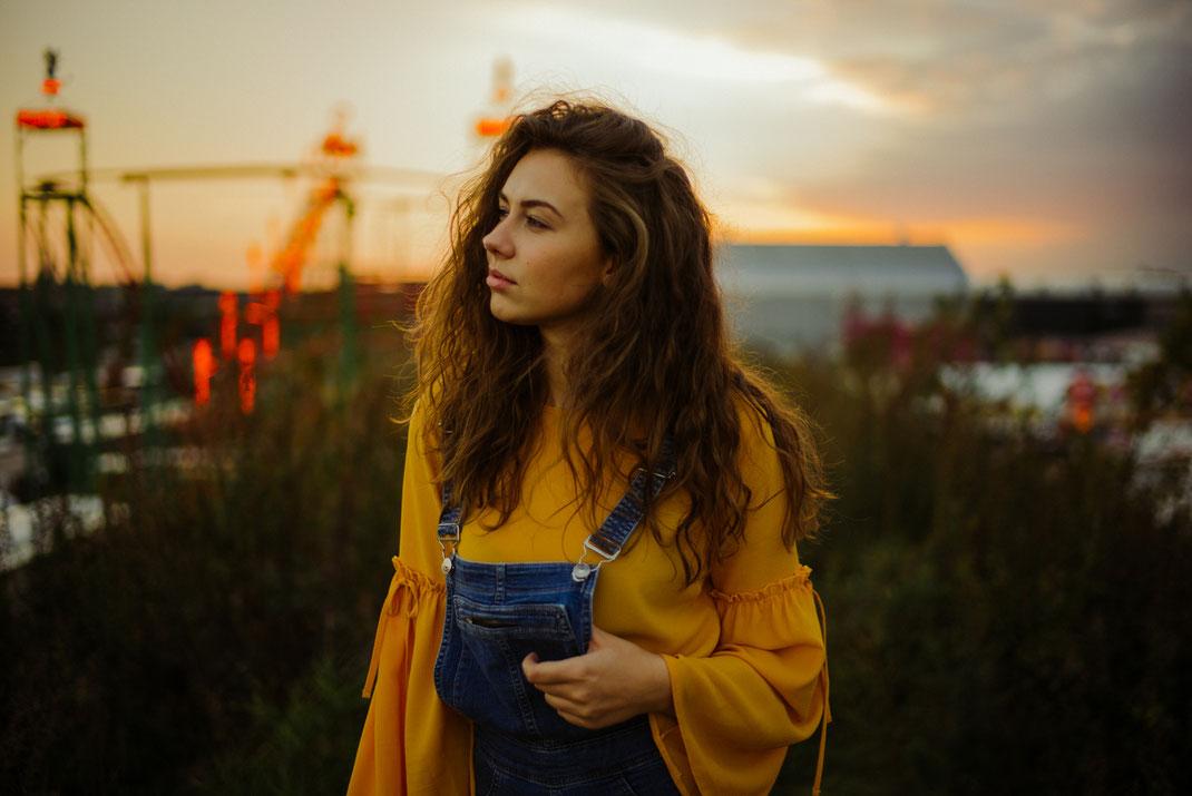 Junge Frau schaut über den Oldenburger Kramermarkt