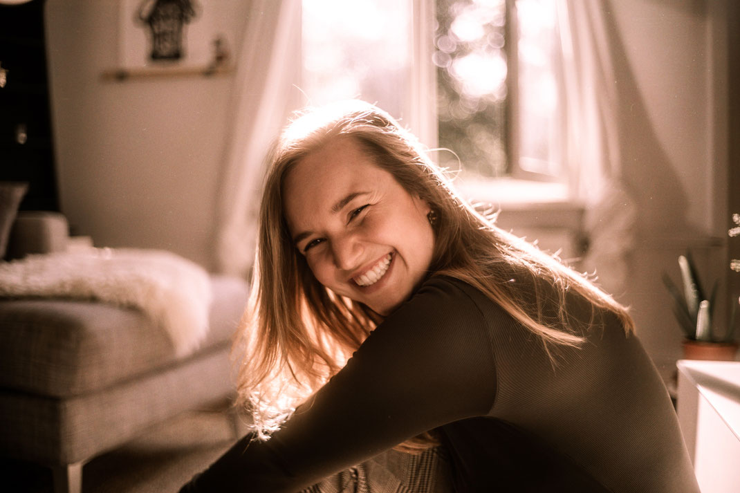 Model lacht und blickt in die Kamera Fotoshooting