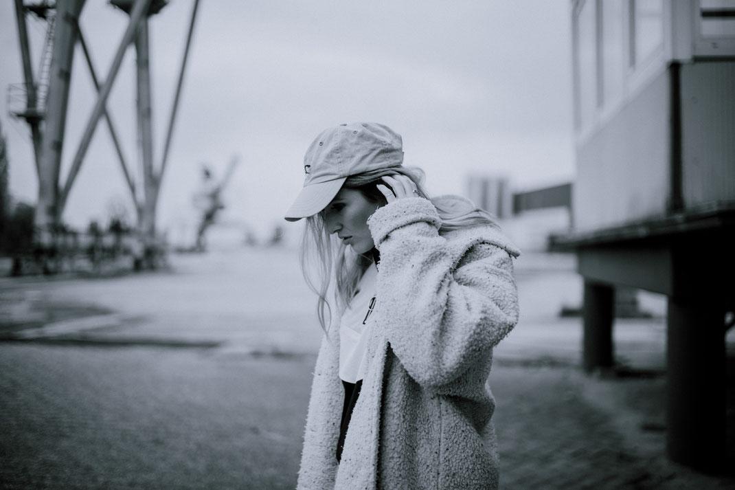 Junge Frau blickt nach unten Fotoshooting in Oldenburg