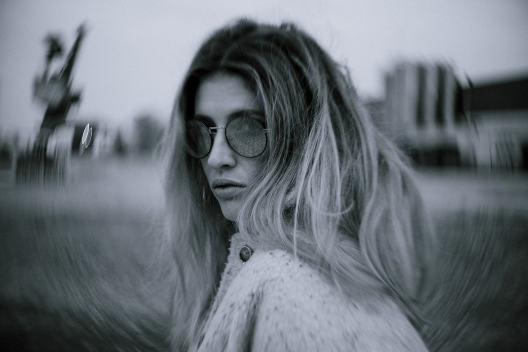Fotograf Oldenburg Fotoshooting coole Frau mit Sonnenbrille