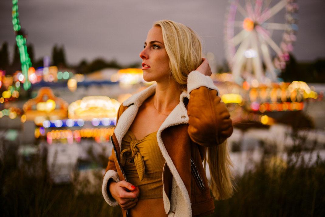 Fotoshooting in Oldenburg auf dem Kramermarkt mit eine jungen Frau im Hintergrund Fahrgeschäfte