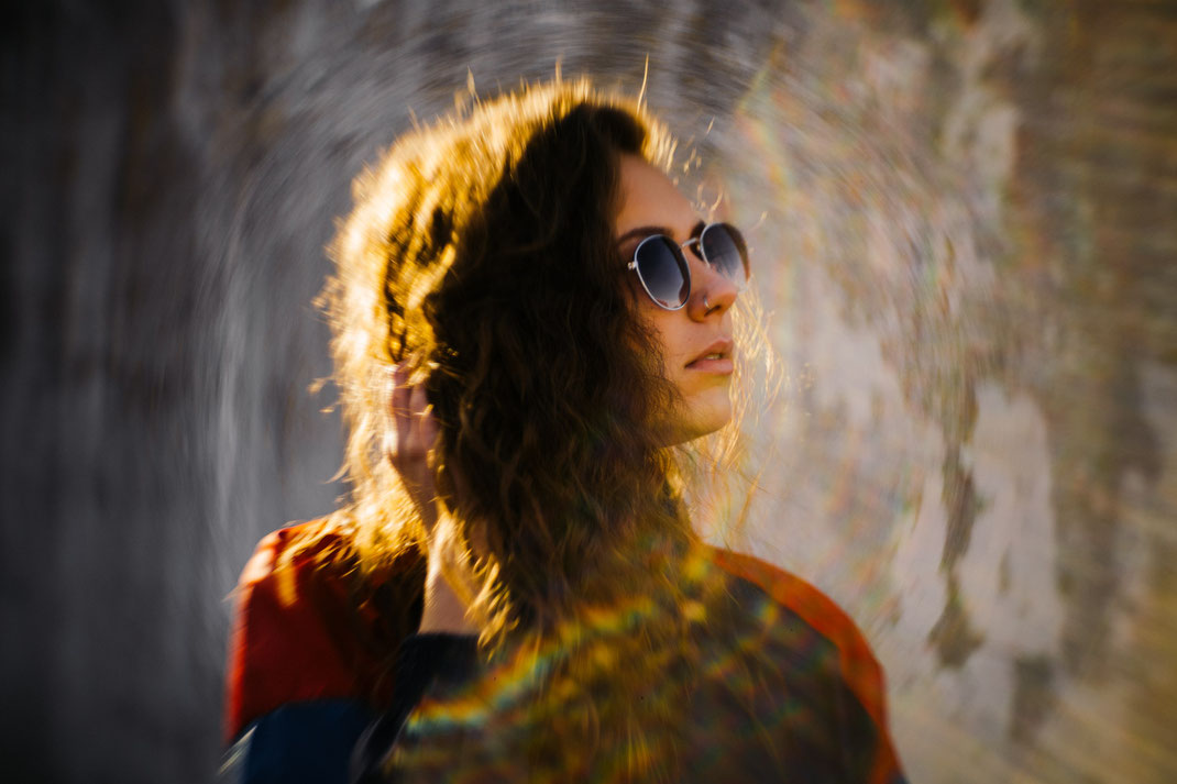 Junge Frau mit Sonnenbrille blickt zur Seite Fotoshooting in Emden